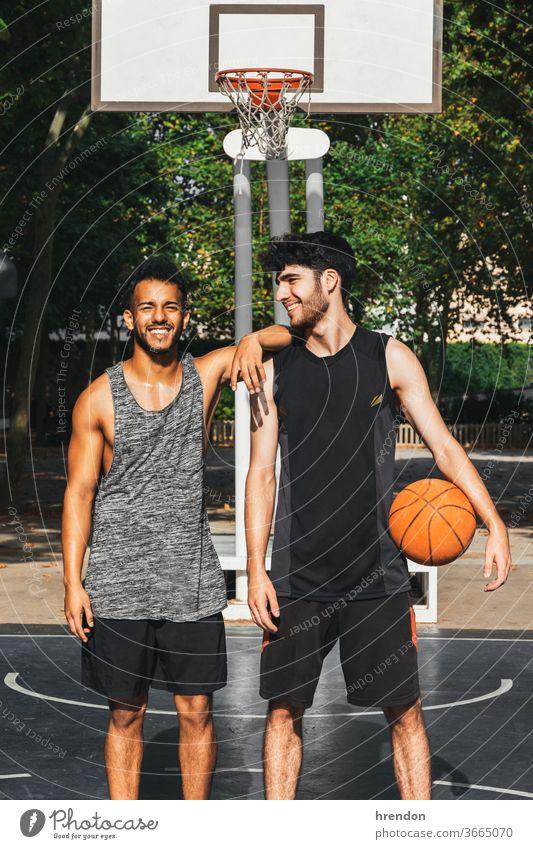 zwei junge Männer, die bereit sind, im Freien Basketball zu spielen Sport Konkurrenz Ball Spiel sportlich wettbewerbsfähig Spielen Übung männlich trainiert.