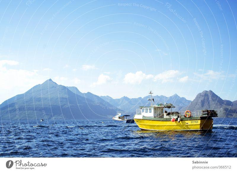 [Skye 08] Elgol Umwelt Natur Himmel Wolken Schönes Wetter Berge u. Gebirge Wellen Küste Bucht Meer Isle of Skye Schottland frei wild blau gelb Ferne