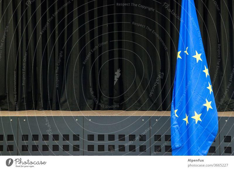 The Show must go on Europa Flagge Europafahne Fahne Bühnenvorhang Menschenleer Stern (Symbol) Politik & Staat Symbole & Metaphern Farbfoto Wahrzeichen