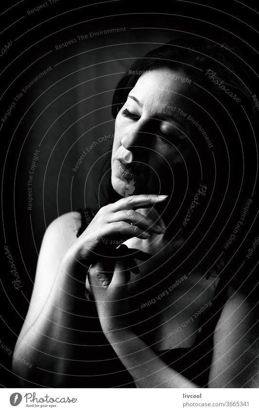 attraktive reife frau, spanien - europa Porträt schön Dame schwarz auf weiß Profil traurige Haltung dunkel schwarzer Hintergrund Frau Menschen romantisch