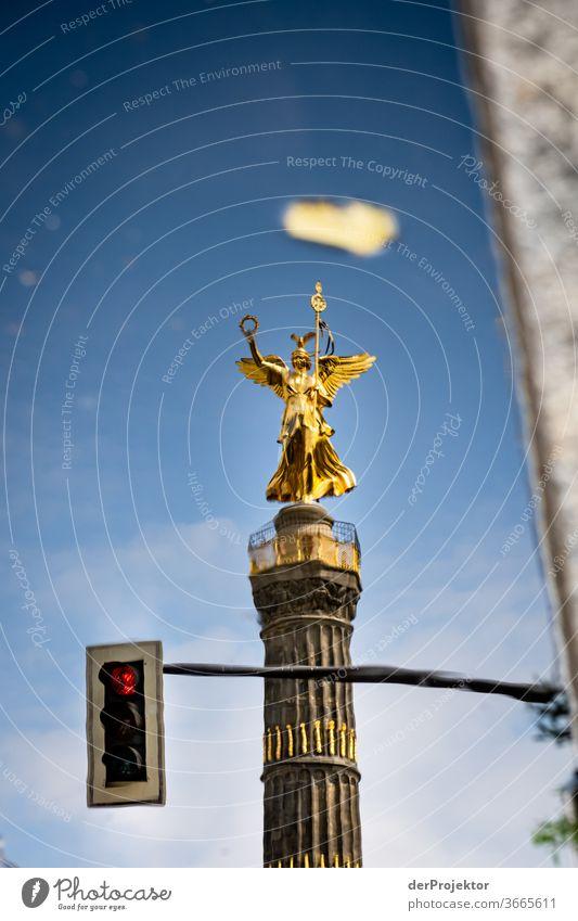 Siegessäule in einer Pfützenspiegelung mit Ampel (rot) Stadtzentrum Menschenleer Sehenswürdigkeit Wahrzeichen Denkmal Gold Statue Farbfoto Außenaufnahme