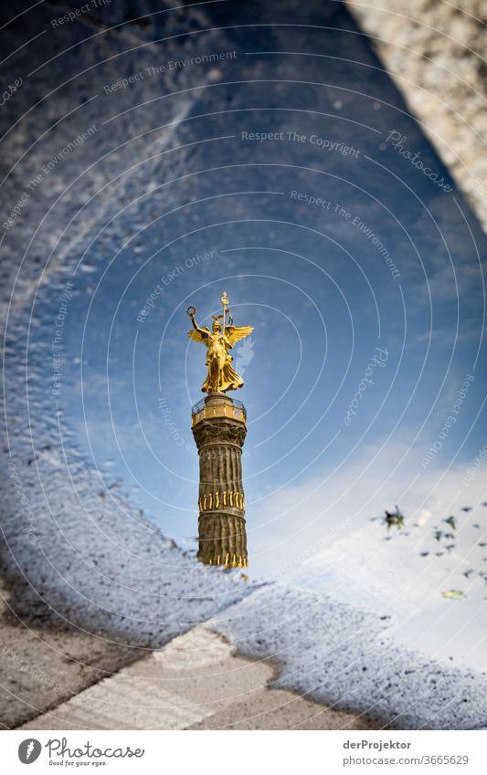 Siegessäule in einer Pfützenspiegelung mit Asphalt Stadtzentrum Menschenleer Sehenswürdigkeit Wahrzeichen Denkmal Gold Statue Farbfoto Außenaufnahme