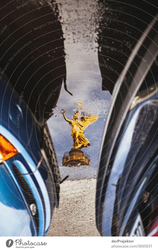 Siegessäule in einer Pfützenspiegelung mit Autos Stadtzentrum Menschenleer Sehenswürdigkeit Wahrzeichen Denkmal Gold Statue Farbfoto Außenaufnahme