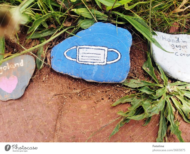 Kleine Botschaften - oder ein Mund-Nasen-Schutz auf Stein gemalt Helgoland Steine Farbe bemalt Kunstwerk Schrift Buchstaben Corona Mund-Nasen-Maske weiß blau