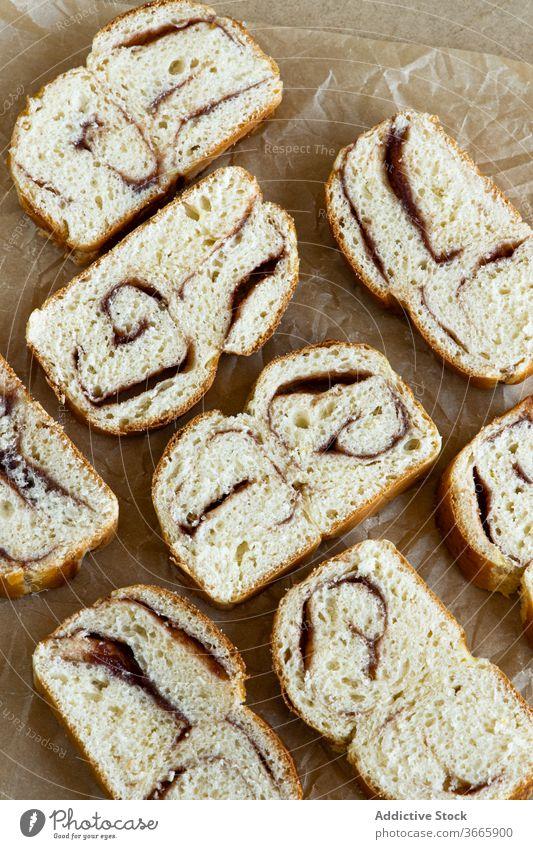 Schmackhafte frische Brioche-Scheiben mit Marmelade lecker selbstgemacht gebacken Ware Pergament Küche Bäckerei Speise Spielfigur Mahlzeit Dessert Gebäck süß