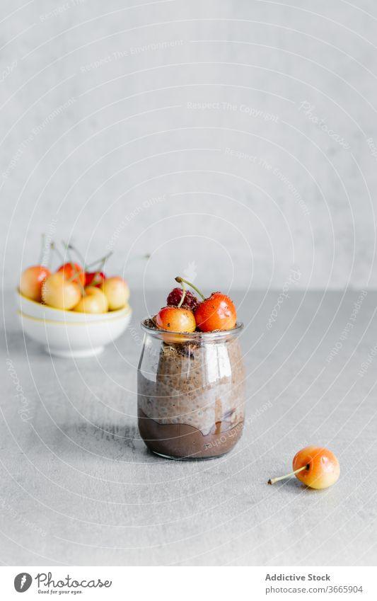 Köstlicher Schokoladen-Chiapudding mit weißen Kirschen oben drauf Pudding Dessert organisch Frühstück Beeren Samen weiße Beere Glas süß lecker Lebensmittel