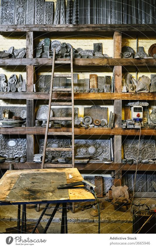 Schmuckwerkstatt mit Metalldetails auf Regalen Werkstatt Goldschmied Handwerk Detailaufnahme Inszenierung Grunge Werkzeug verschiedene Gerät sortiert verwittert
