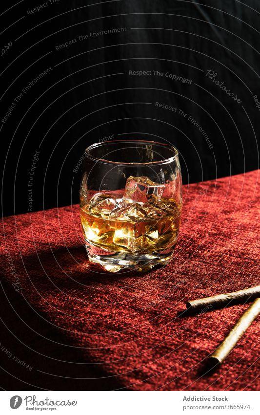 Nahaufnahme von einem Glas Whisky auf einem Tisch Alkohol Eis Scotch Whiskey Schnaps Hintergrund kalt Single Weinbrand trinken liquide Reflexion & Spiegelung