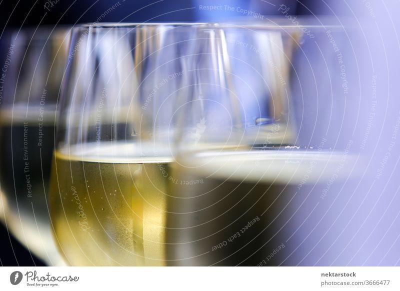 Weinportionen bei Geschäftsfeier Tag im Inneren im Innenbereich abschließen Fokus auf den Vordergrund Selektiver Fokus Weinglas Glaswaren Feier zu feiern