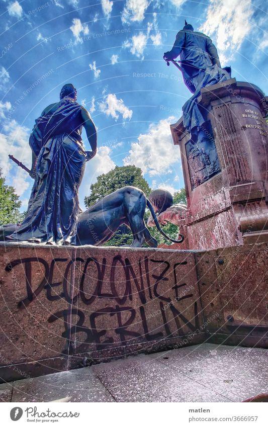 Decolonize Berlin Denkmal beschmiert Bismarck Farbe decolonize Aktion Himmel