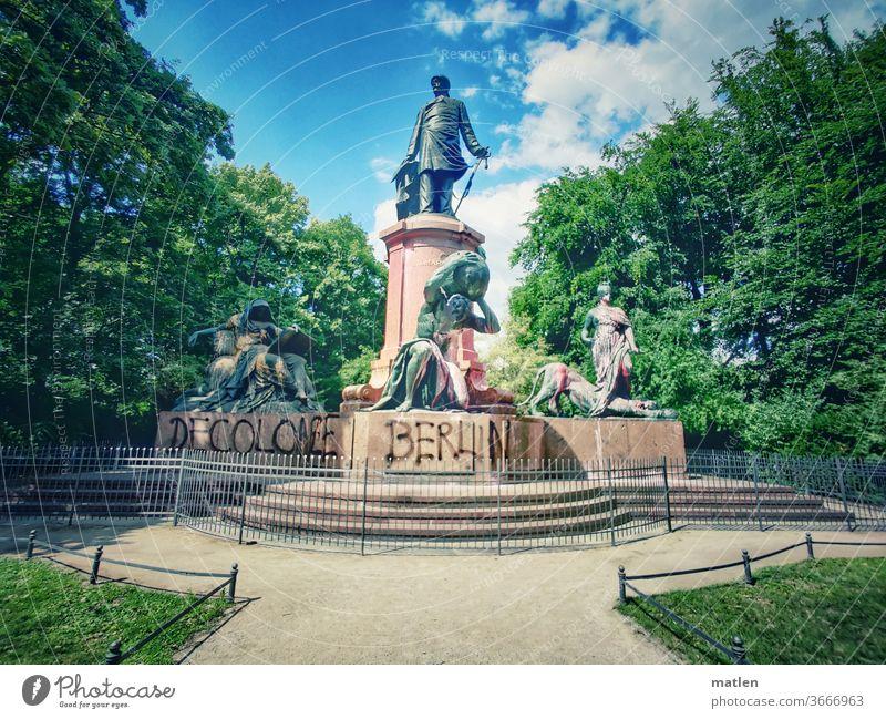 Bismarck-Denkmal decolonize Zaun Berlin Wahrzeichen Himmel Hauptstadt Aktion Rasen Sehenswürdigkeit Kunst Farbe