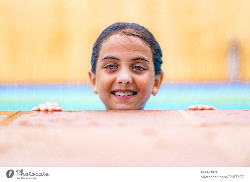 Kleines Mädchen am Rand eines Pools ins Wasser aktiv Aktivität bezaubernd Schönheit Kaukasier Kind Kindheit farbenfroh niedlich Tag Saum Genuss Gesicht Spaß