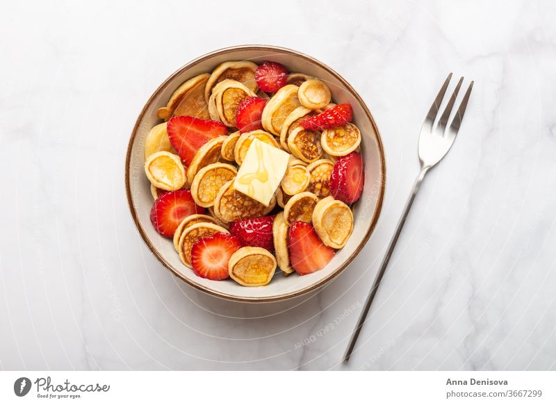 Winzige Getreidepfannkuchen und Erdbeeren Müsli Mini-Pfannkuchen Frühstück buttter selbstgemacht Snack geschmackvoll süß Lebensmittel lecker Liebling Sirup