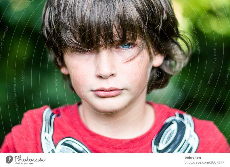 ich kann auch anders Außenaufnahme Sohn Kind Sonnenlicht Porträt Nahaufnahme Coolness Kontrast Licht frech lange Haare Tag Gesicht Kindheit Farbfoto Familie