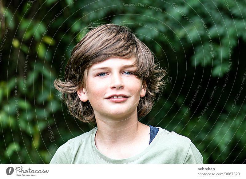ach, nen haarschnitt wird überbewertet... Coolness frech lange Haare Farbfoto Familie Licht Tag Gesicht Kindheit Junge Nahaufnahme Kontrast Porträt Sonnenlicht