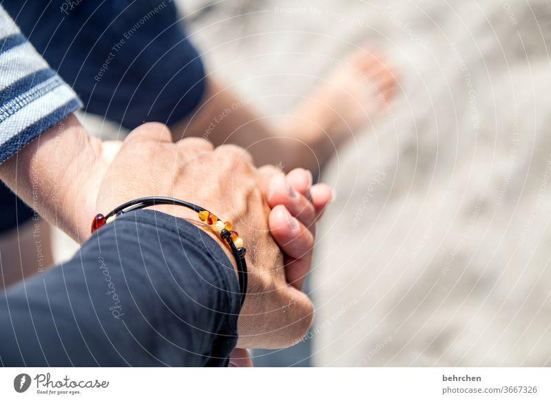 hand in hand am strand beschützen festhalten Finger Gefühle Zufriedenheit Geborgenheit Glück Zusammensein gemeinsam nähe Vertrauen Sicherheit Schutz Hand