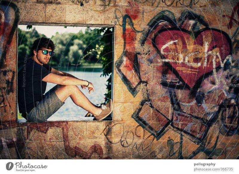 sunnyboy Mensch Natur Mann Jugendliche Wasser Sommer Pflanze Erwachsene Junger Mann Fenster Graffiti Wand Leben 18-30 Jahre Gefühle Mauer