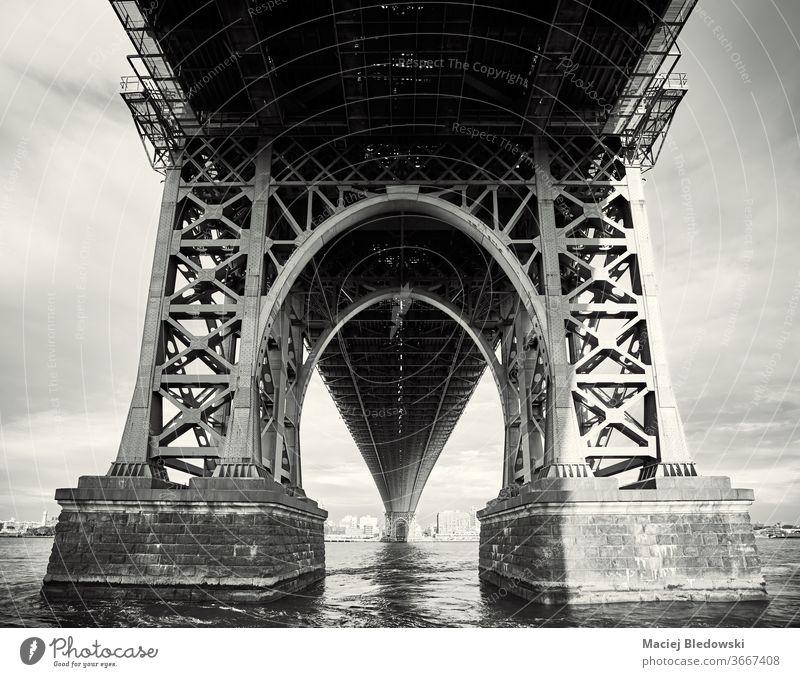 Unter der Williamsbrücke, New York City, USA. New York State nyc Großstadt Brücke schwarz auf weiß Williamsburg Brücke nachschlagen unten Architektur urban