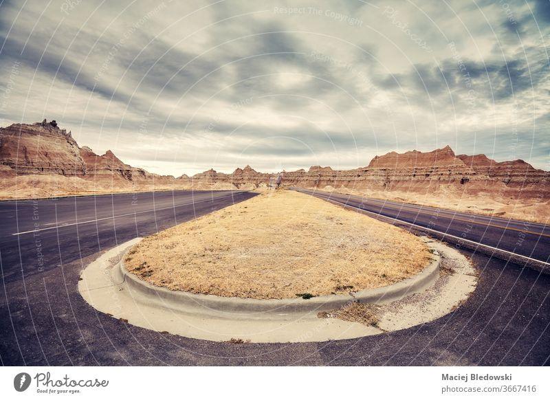 Aussichtsreiche Straßenkurve im Badlands-Nationalpark, USA. reisen Ausflug Autobahn Wegbiegung altehrwürdig Reise Landschaft Freiheit Natur Asphalt Abenteuer