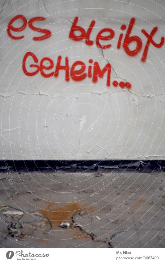 geheimnisvoll Geheimnis Graffiti rätsel Wand dreckig Schriftzeichen rebellieren sprühen Vandalismus Mauer Fassade Stadt grau Jugendkultur Wort Subkultur Kunst