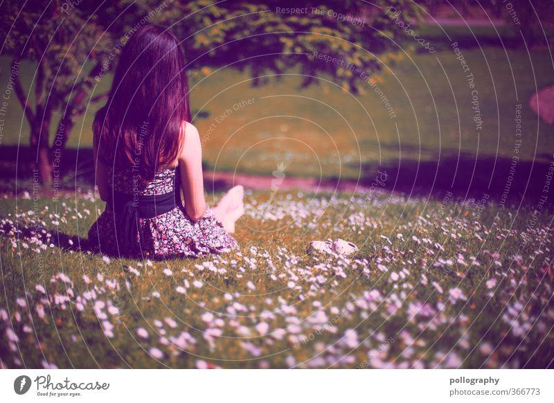 friede freude eierkuchen Mensch Frau Natur Jugendliche Sommer Pflanze Baum Einsamkeit Landschaft Blume Junge Frau Erwachsene Wiese 18-30 Jahre Leben feminin
