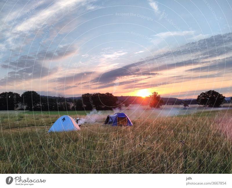 Wildcampen Sonnenaufgang wild campen Natur Außenaufnahme Farbfoto Menschenleer Landschaft natürlich Umwelt Stimmung Pflanze Gras Himmel Zelz Zelten Wiese
