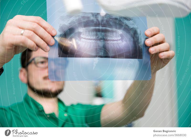 Zahnarzt, der Röntgenbilder von Zähnen analysiert Mann Arzt Medizin professionell dental röntgen medizinisch Uniform Stomatologie Beruf Gesundheitswesen