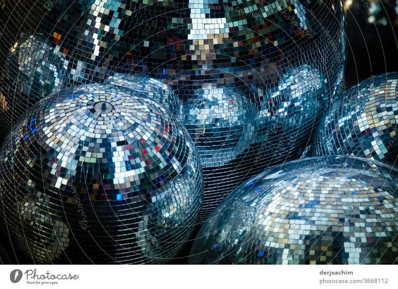 Disco Kugeln.. 1. Ganz viele glänzende Disco Kugeln beieinander stehen auf der Erde. Licht Freizeit & Hobby Party Club Tanzen Feste & Feiern Musik Diskjockey