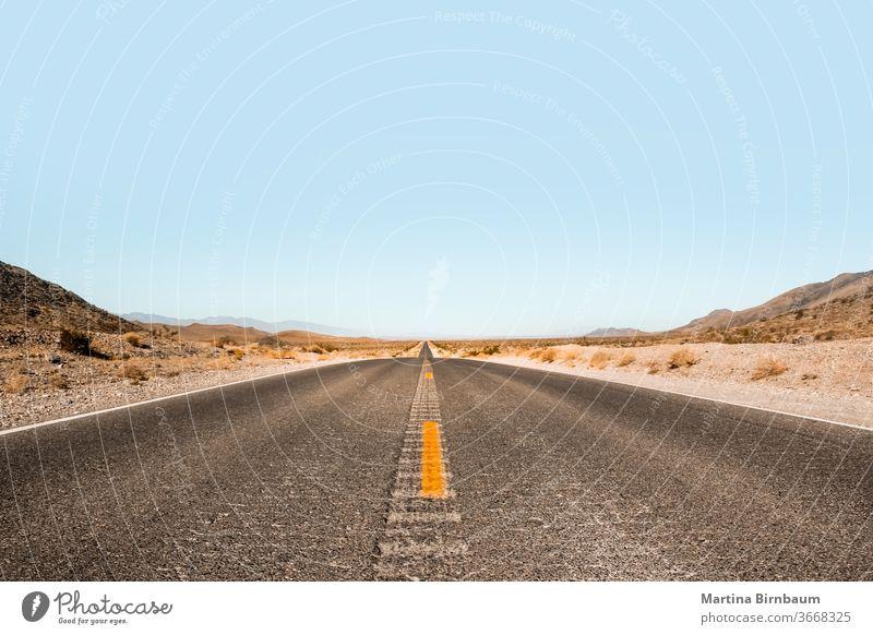 Endlose Weite . Straße im Death Valley National Park, Nevada USA Fläche endlos Tal des Todes der Weg nach vorn Fluchtpunkt Freiheit Landschaft reisen wüst