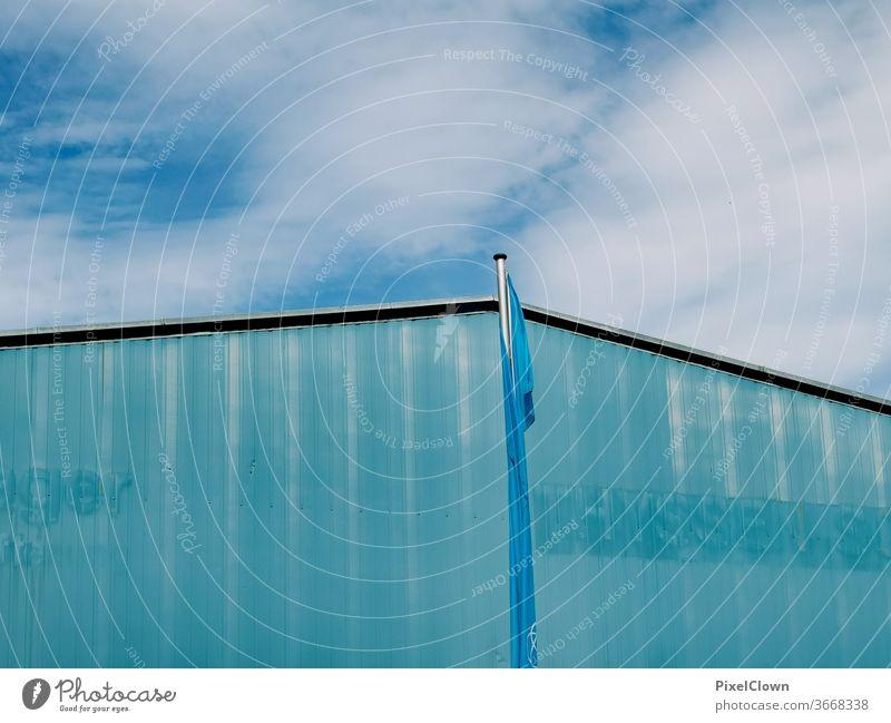 Blaues Gebäude. blauer Himmel, blaue Fahne Wolkenloser Himmel Außenaufnahme Sommer Licht Gebäude, Fahne,