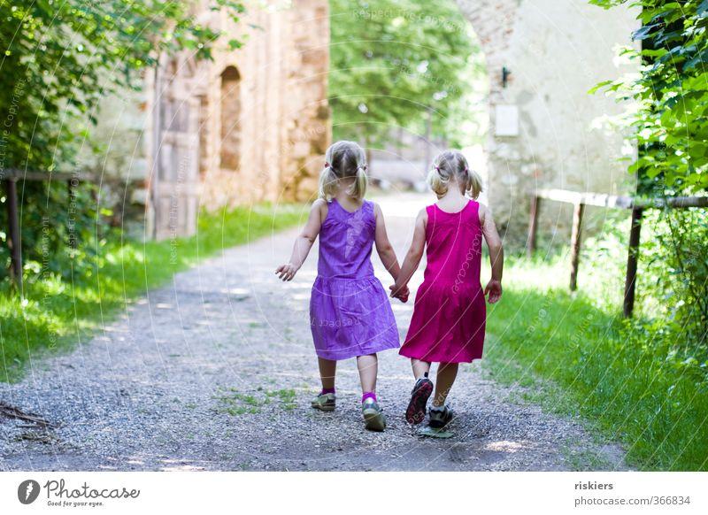 mit dir geh ich wohin du willst. Mensch feminin Kind Mädchen Geschwister Kindheit 2 3-8 Jahre Umwelt Sommer Wald Burg oder Schloss Ruine wandern frei