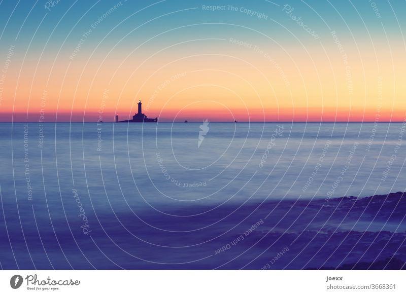 Entfernter Leuchtturm auf sehr kleiner Insel im Meer bei Sonnenuntergangsstimmung, Langzeitbelichtung historisch Horizont Himmel Farbfoto Außenaufnahme Ruhe