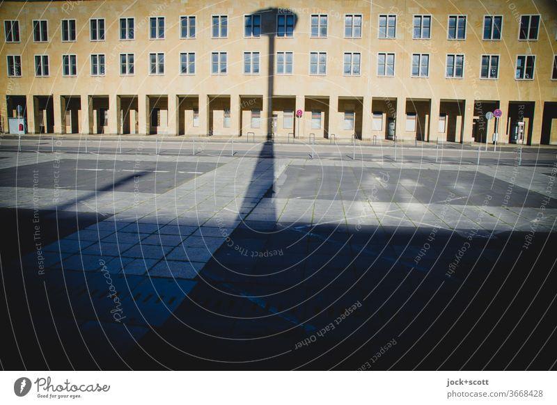Große Dinge werfen lange Schatten Architektur Neigung Strukturen & Formen historisch Flughafen Fassade Gebäude Laterne Schattenwurf Platz Sonnenlicht Weitwinkel
