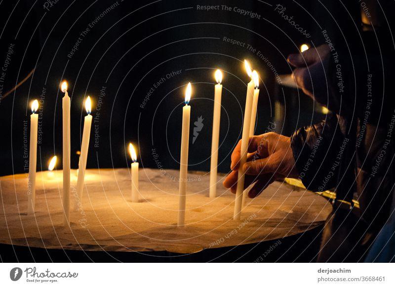 Eine Opferkerze spenden Kerzen Licht Kirche Hoffnung Kerzenschein Innenaufnahme Spiritualität Religion & Glaube Gebet Christentum Trauer Farbfoto Tod