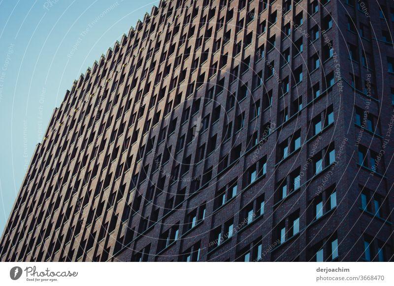 Berliner Hochhaus mit Schatten Architektur Stadt Gebäude Fassade Menschenleer Außenaufnahme Tag Farbfoto Fenster Wand Mauer Haus Bauwerk Hauptstadt Himmel