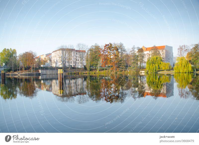 Nordhafen im Spiegel der Zeit Panorama (Aussicht) Reflexion & Spiegelung Sonnenlicht abstrakt Inspiration Wolkenloser Himmel Wasseroberfläche spiegelglatt