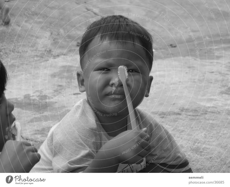 Kind mit Zahnbürste Mann Junge Armut Zähne Thailand