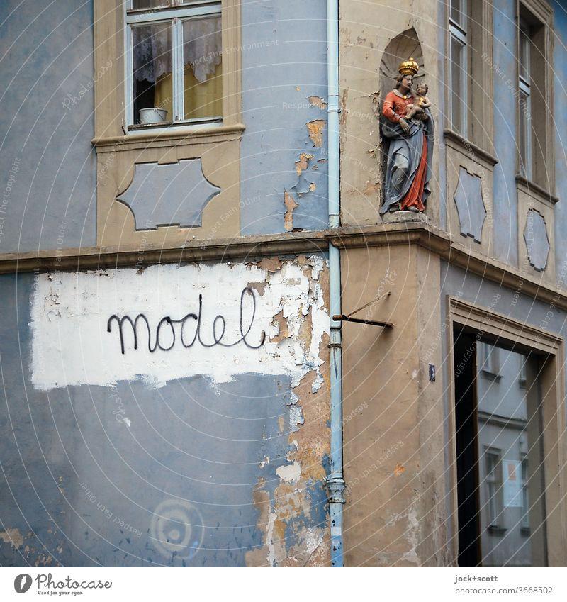 Modelfigur für eine Ewigkeit Fassade Ecke Fenster Architektur Dekoration & Verzierung Beschriftung Wort Religion & Glaube verwittert Spiritualität Heiligenfigur