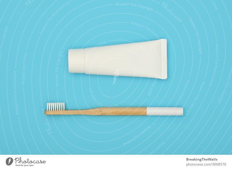 Weiße Zahnpasta und Bambus-Zahnbürste auf blau hölzern natürlich Zahncreme weiß Tube eine Nahaufnahme Kopie Raum Hintergrund dental Pflege Hygiene Produkt