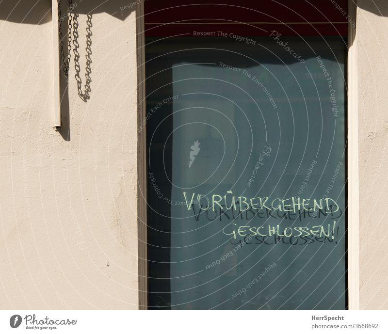 """Lokal """"vorübergehend geschlossen!"""" Fensterscheibe Nahaufnahme Café Restaurant Außenaufnahme Gastronomie Menschenleer pandemie Lockdown Schattenspiel"""