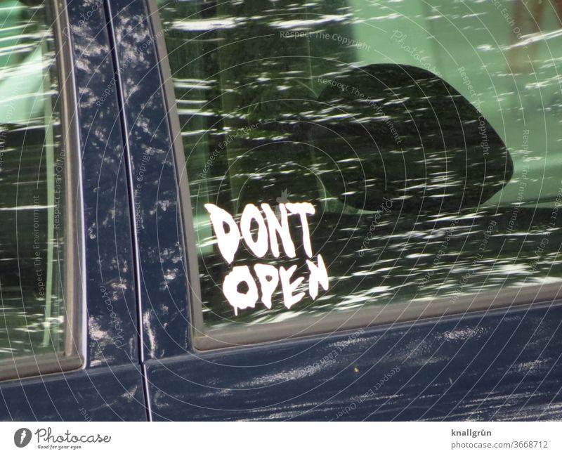 """Aufkleber """"DONT OPEN"""" auf dem Seitenfenster einer Autotür eines schwarzen PKW Mitteilung Autofenster Schilder & Markierungen Warnung Hinweisschild Warnhinweis"""