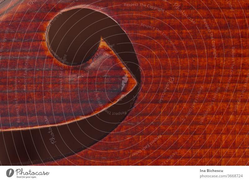 Das F-Loch einer Geige sehr nah fotografiert. Die Maserung des Holzes ist sehr gut sichtbar. violine viola bratsche holz braun Musikinstrument