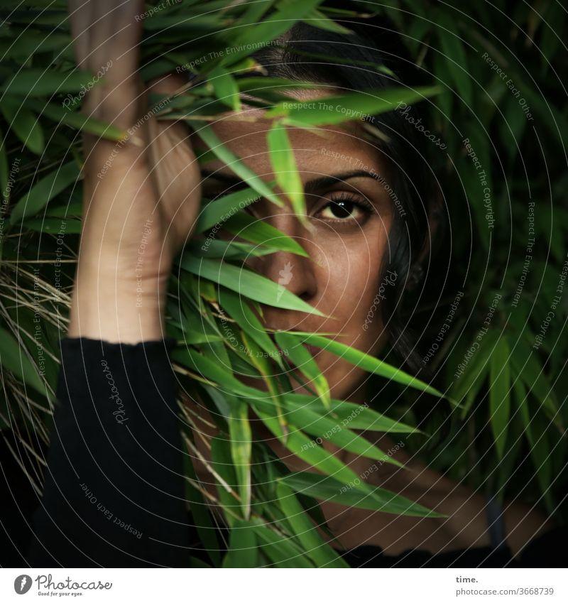 Estila | Lieblingsmensch dunkelhaarig langhaarig beobachten schauen feminin frau wald baum natur schön konzentration busch hand spooky pullover versteckt