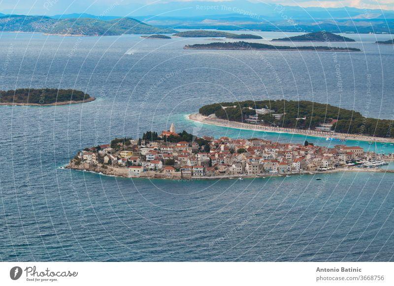 Stadt auf der Halbinsel Primosten von einem nahe gelegenen Hügel aus gesehen. Blauer heller Tag, adriatisches Meer um die kleine Altstadt Ufer Anziehungskraft