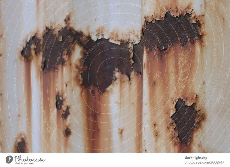 Rostige alte Oberfläche mit weißer Lackierung Schaden Defekt Oberlfäche Blech Beschichtung Spuren alternd alternde grunge Flecken Metall Detailaufnahme