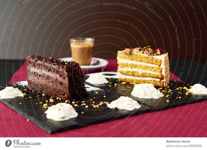 Frischer Kaffee mit Kaffeebohnen und Kuchenstücken Tasse heiß Latte trinken Getränk Koffein lecker Cappuccino geschmackvoll Aroma Pause Feinschmecker Bohne