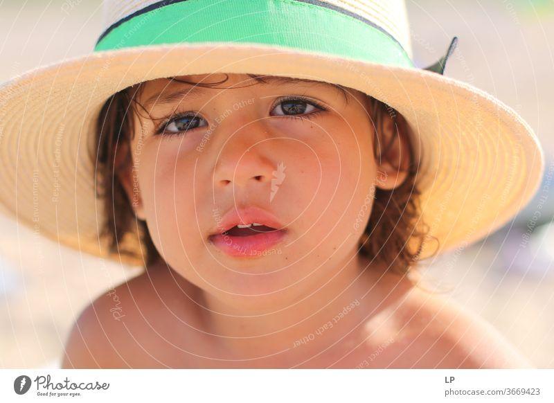 kleines Mädchen mit Hut Hutkrempe Kind Strohhut Außenaufnahme Sommer Farbfoto Mensch Kindheit Erholung Ferien & Urlaub & Reisen Natur Freizeit & Hobby Lifestyle