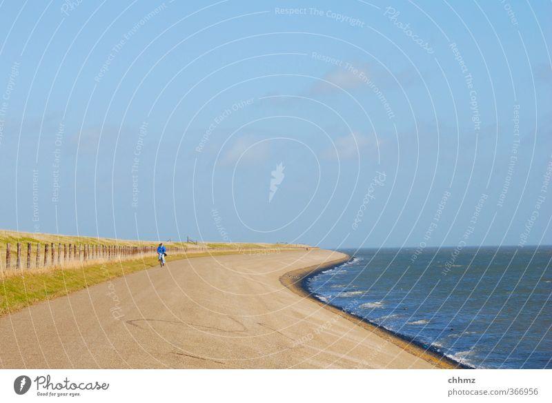 Gegenwind Mensch Ferien & Urlaub & Reisen blau grün Wasser Sommer Meer Einsamkeit Landschaft Ferne Leben Bewegung Küste Freiheit braun Horizont