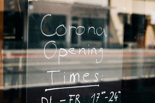 Ein Schild mit den neuen Corona Öffnungszeiten eines Gastronomiebetriebes geschlossen verkürzt Änderung Auflagen Restaurant Café Wirtschaft Krise