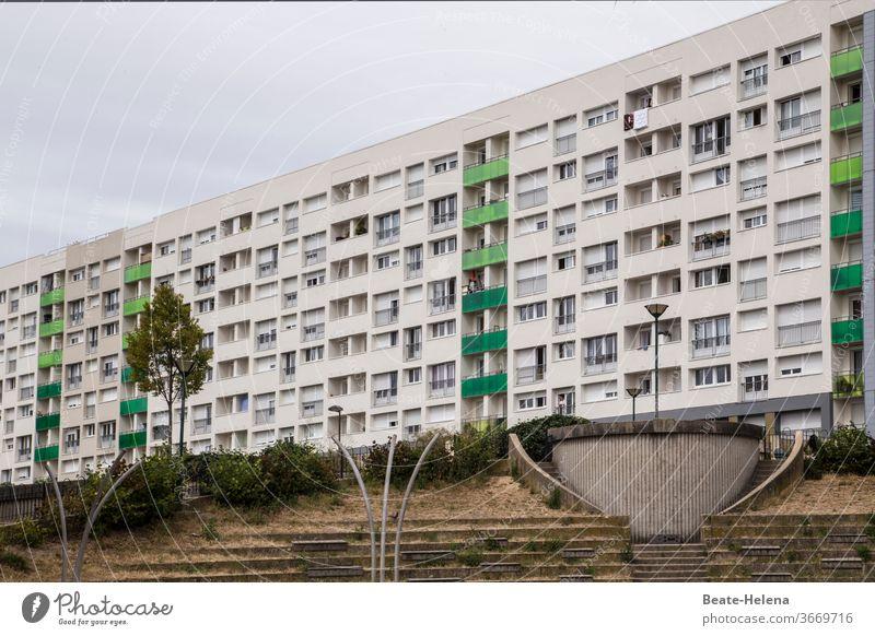 Paris - Wohnkomplex im 14. Arrondissement mit Betonumfeld Architektur Gebäude Hauptstadt Bauwerk Außenaufnahme Frankreich Menschenleer Tourismus Außenanlage